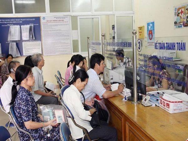 Người lao động đến trung tâm dịch vụ việc làm để nhận trợ cấp thất nghiệp