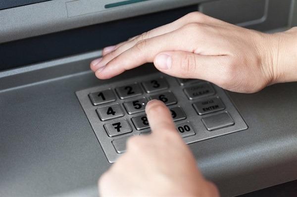 Khi rút tiền mặt tại ATM hãy bảo mật mã PIN cẩn thận